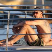 SA NJIM ZANOSNA PLAVUŠA NAKON PRIČE O PRELJUBI! Pogledajte snimak Ibrahimovića sa JAHTE koji ljudi masovno dele, a triput pogađajte sa kim je isplovio! /VIDEO/
