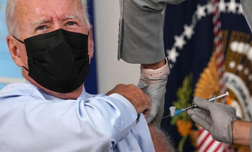 Joe Biden przyjął trzecią dawkę szczepionki.