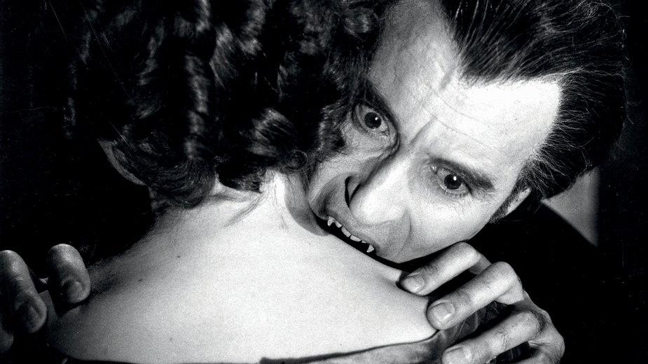 """Kadr z filmu """"Skosztuj krwi Draculi"""" (1970). W rolę legendarnego Księcia Nocy wcielił się Christopher Lee."""