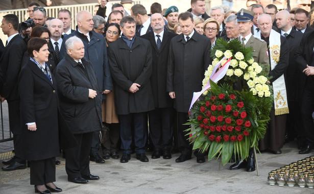 Beata Szydło i Jarosław Kaczyński przed Pałacem Prezydenckim