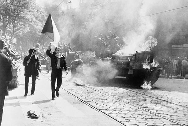 Ludzie wznoszący flagę Czechosłowacji po spaleniu radzieckiego czołgu w Pradze w trakcie interwencji członków Układu Warszawskiego w Czechosłowacji, rozpoczętej 20 sierpnia 1968 o godzinie 23:00.