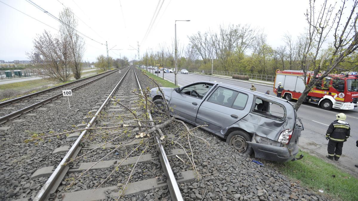 A HÉV-sínekre repült egy autó Csepelen