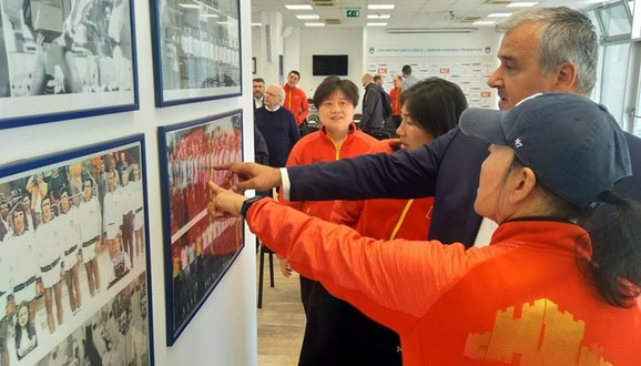 Božidar Đurković sa predstavnicama ženske rukometne reprezentacije Kine