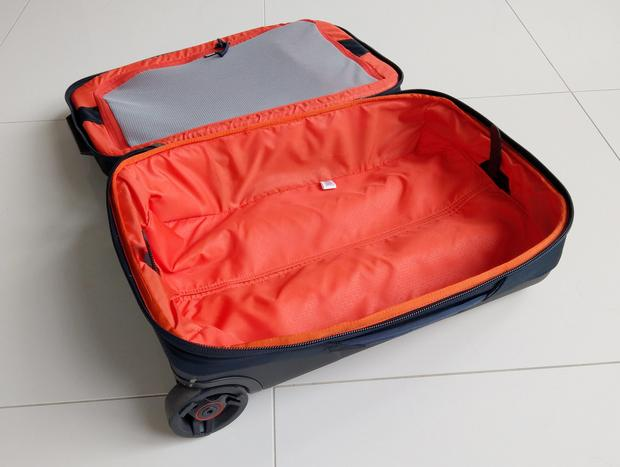 Dół walizki to główna przestrzeż bagażowa