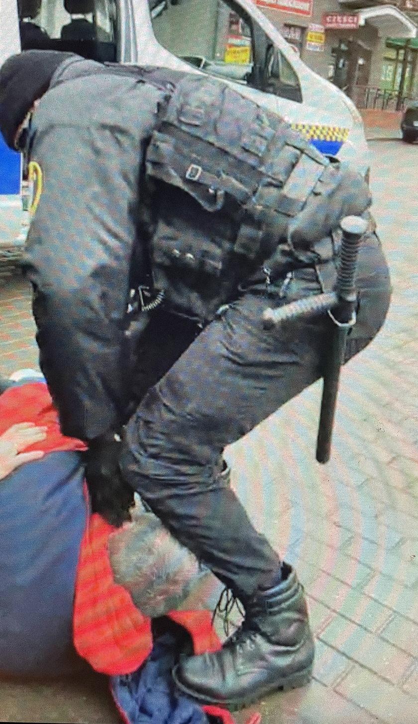 Strażnicy skuli go kajdankami za brak maseczki