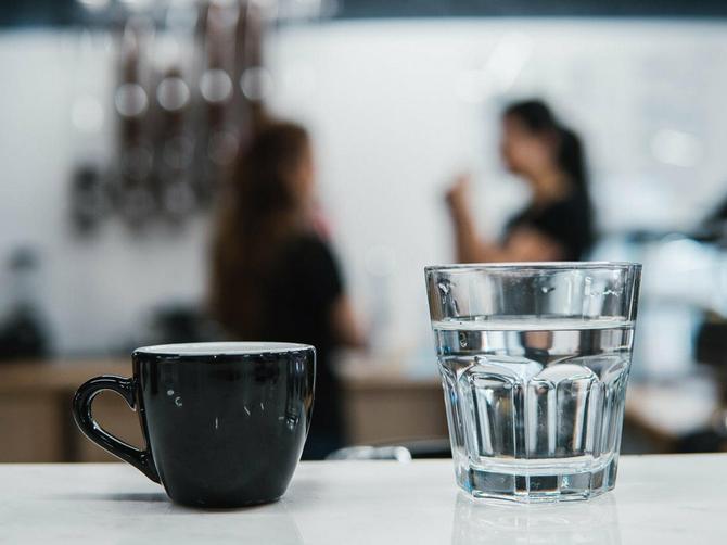 Čim otvorite oči, popijte čašu tople vode: Desiće vam se OVIH 6 STVARI