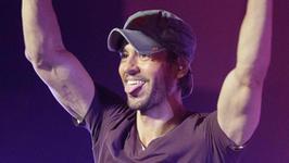 """Enrique Iglesias pokazał pierwsze zdjęcie nowo narodzonego dziecka. """"Usta to ma po tacie!"""""""