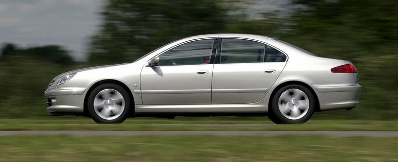 Flagowy sedan Peugeota może pochwalić się długością niespełna 4,9 m.