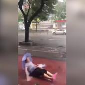 Otvorila je kišobran usred TAJFUNA i napravila VELIKU GREŠKU (VIDEO)