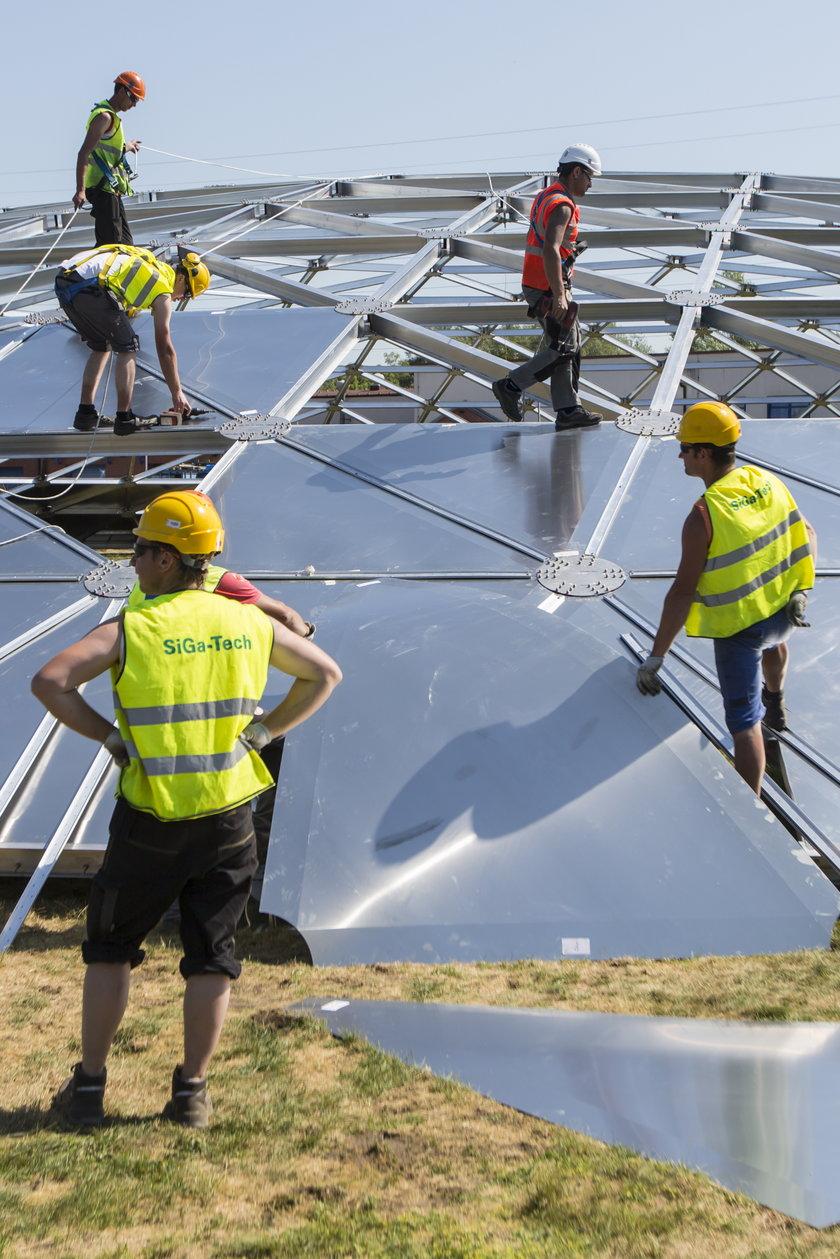 Robotnicy budują kopułę