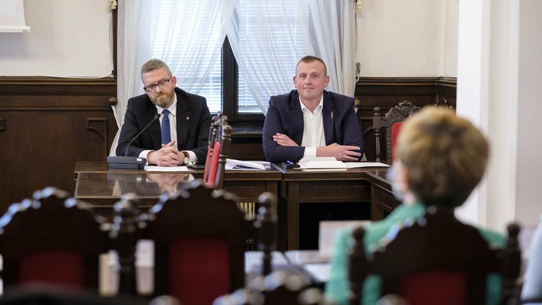 Grzegorz Braun podczas nadzwyczajnej sesja rady miasta w Rzeszowie