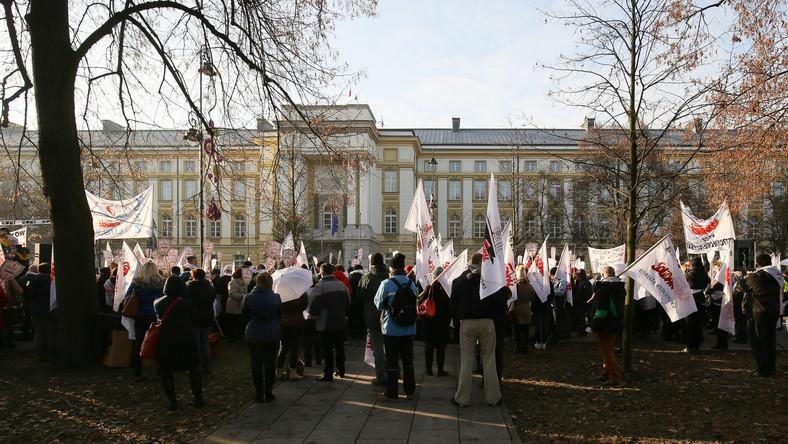 Nauczyciele protestowali przed Kancelarią Premiera. Chcą podwyżek