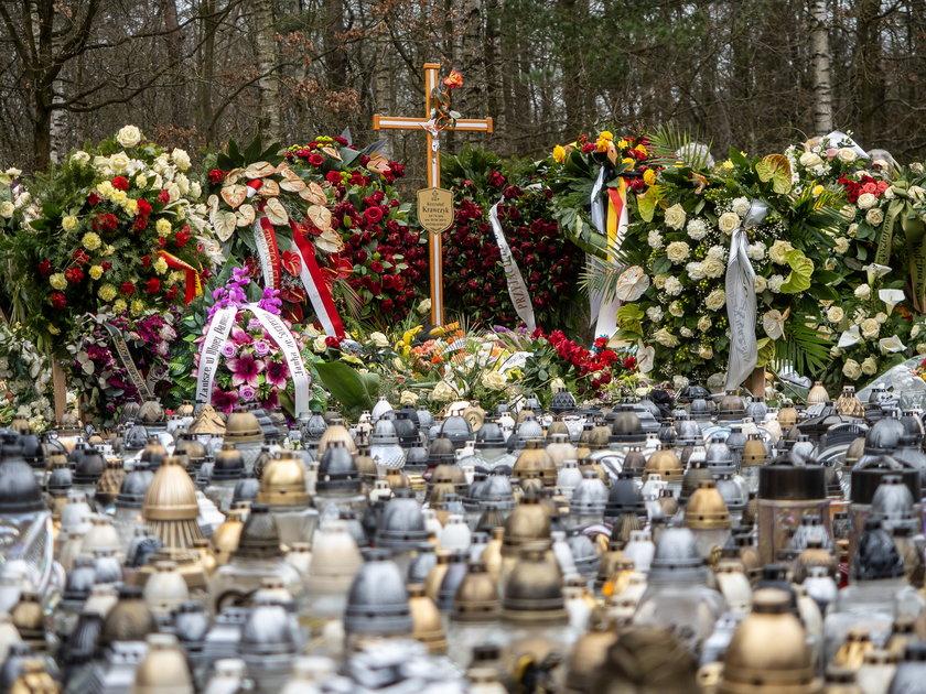 Tysiące fanów odwiedza grób Krzysztofa Krawczyka w Grotnikach pod Łodzią