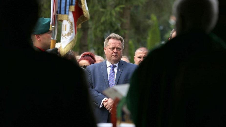 Poseł Jarosław Zieliński podczas obchodów rocznicy ofiar obławy augustowskiej w Gibach