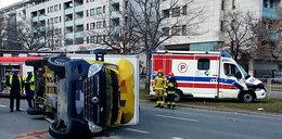 Wypadek karetki na Mokotowie. Auto dostawcze na boku