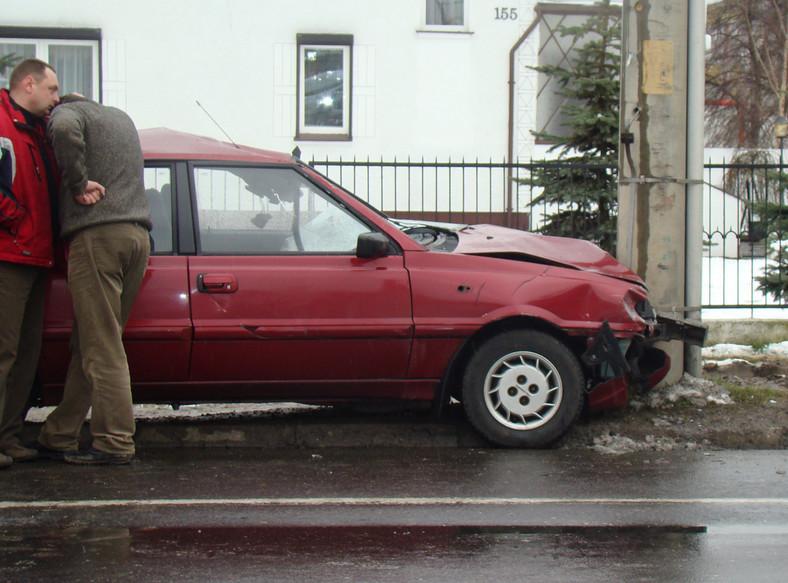 Auto po staranowaniu kolarzy uderzyło w drzewo