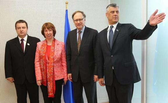 (L-D) Premijer Srbije Ivica Dačić, visoka predstavnica EU Ketrin Ešton, zamenik generalnog sekretara NATO Aleksandar Veršbou i premijer Kosova Hašim Tači