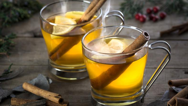 Składniki: 500 ml cydru, skórka pomarańcza, 1 łyżka brązowego cukru, laska cynamonu, 2 goździki, cytryna do dekoracji. Przelej cydr do rondelka, dodaj cukier, cynamon, skórkę pomarańczową i goździki. Podgrzewaj około 15 minut. Trunek rozlej do szklanek