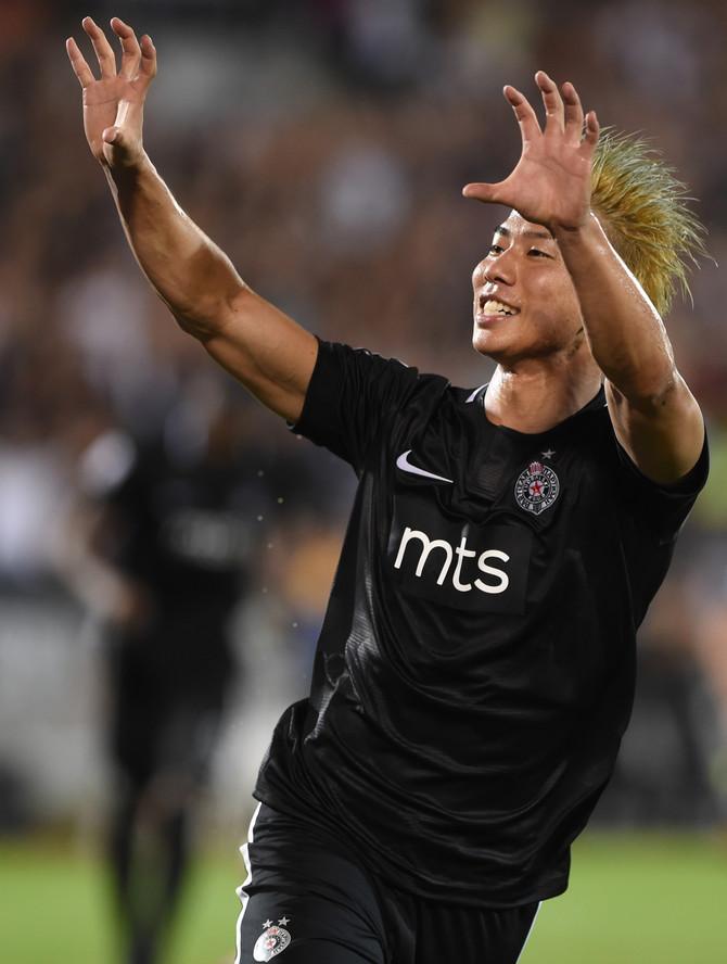 Asano slavi pogodak