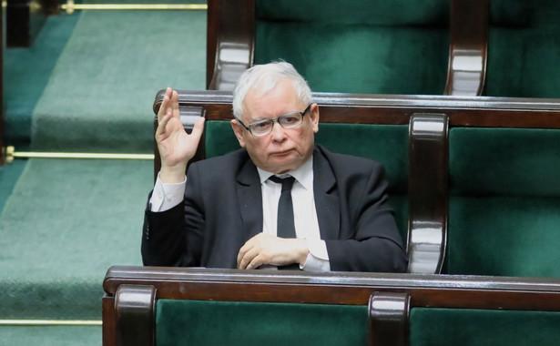 Jedynie PiS poparło propozycję lidera Porozumienia, wicepremiera Jarosława Gowina ws. zmian w konstytucji i wydłużenia kadencji prezydenta Andrzeja Dudy o dwa lata; przeciwne takim zmianom są pozostałe kluby: KO, Lewica, PSL-Kukiz15 oraz koło Konfederacji.
