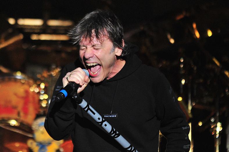 Bruce Dickinson podczas koncertu w Santiago