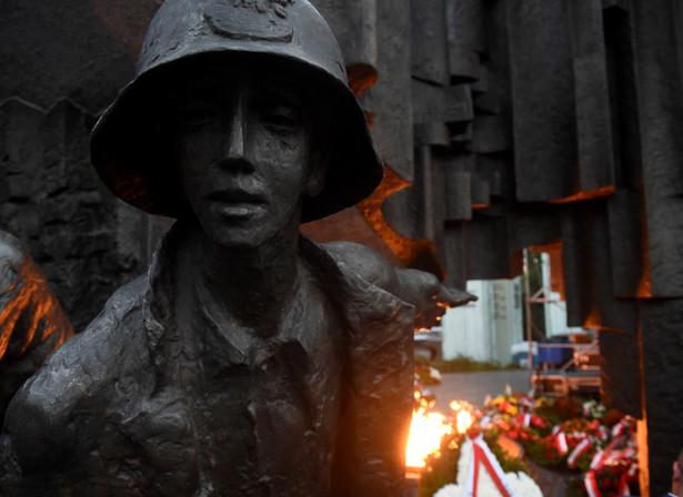 """""""W 74. rocznicę wybuchu powstania pamiętajmy o tych, którzy ruszyli do walki o wolność, niepodległość, ale i zwykłą ludzką godność po latach koszmaru okupacji. O dziesiątkach tysięcy ofiar cywilnych. Oddajmy im wszystkim hołd. 1 sierpnia o godz. 17 zatrzymajmy się na dźwięk syren"""" - zaapelowała prezydent."""