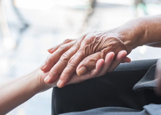 Apele o pomoc zamieszczają także w mediach społecznościowych rodziny seniorów przebywających we wspomnianych placówkach