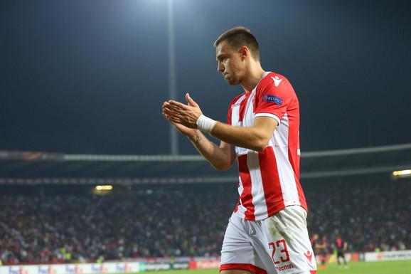 Milan Rodić napušta teren posle isključenja na meču sa Arsenalom