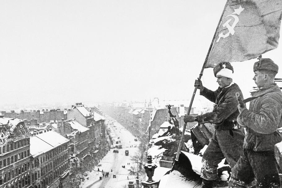 WW II, Budapest, Russian Flag / Photo / 1945