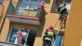 Staruszka zatrzasnęła się na balkonie. W mieszkaniu 1,5 roczne dziecko