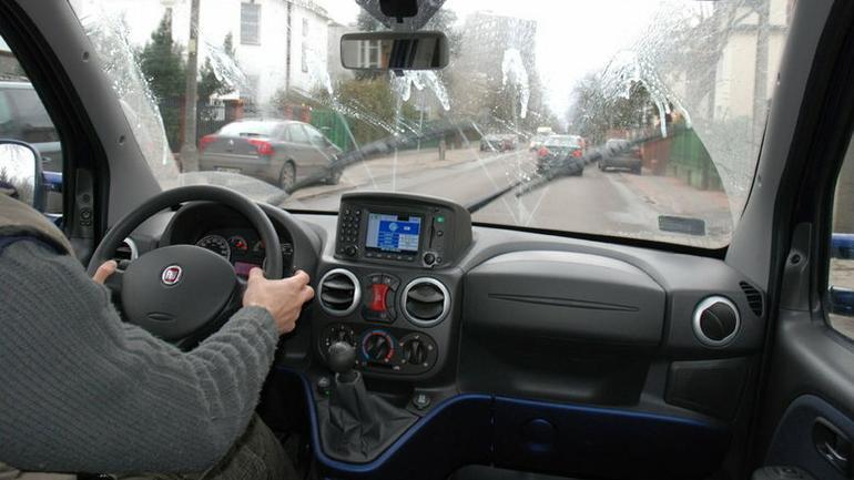 Jak dobrać wycieraczki do auta i dlaczego tak rzadko je wymieniamy?