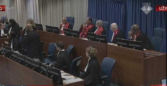Komešanje u sudnici