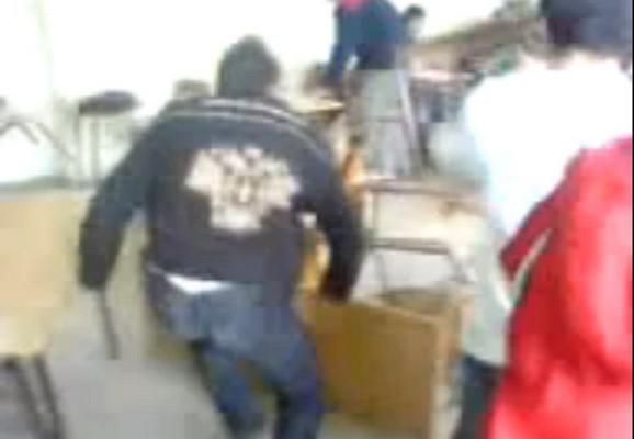 Grupa učenika na snimku ruši stolove i stolice