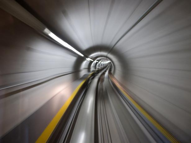 Jednocześnie GDDKiA rozmawia z operatorami w sprawie zapewnienia sygnału umożliwiającego połączenia telefoniczne w tunelu