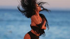 """Modelka """"Playboya"""" prezentuje wdzięki na plaży"""