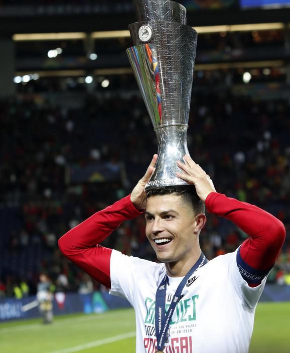 Kristijano Ronaldo proslavlja trofej posle pobede Portugalije nad Holandijom u finalu Lige nacija