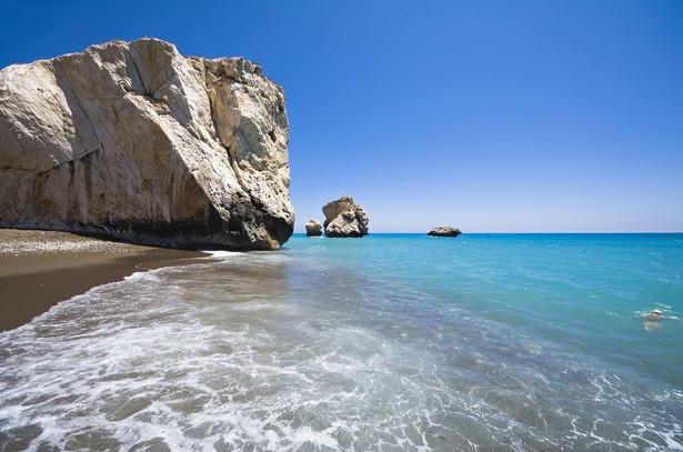 Skała Afrodyty Mityczne miejsce narodzin Afrodyty, Petra tou Romiou, to jednocześnie bardzo interesująca formacja geologiczna złożona z ogromnych skał rozrzuconych na południowo-zachodnim wybrzeżu. To jeden z najpiękniejszych fragmentów linii brzegowych wyspy, nieopodal miasta Pafos. Według mitologii, starożytna grecka bogini miłości i piękna, właśnie tutaj narodziła się z morskiej piany, a następnie na muszli wypłynęła na pobliską plażę. Miejsce to słynie z krystalicznie czystej wody i podobno ci, którzy trzykrotnie opłyną skałę Afrodyty, mogą liczyć na różne błogosławieństwa, w tym na wieczną młodość i piękno, szczęście, płodność i prawdziwą miłość. Jedno jest pewne – to połączenie oszałamiającej naturalnej scenerii i magicznego, mitologicznego kontekstu czyni Skałę Afrodyty miejscem naprawdę niezwykłym.