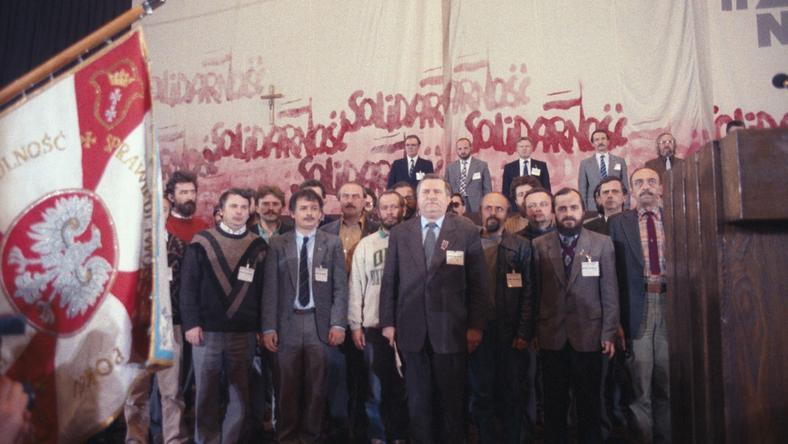Gdańsk 24 kwietnia 1990 r., II Krajowy Zjazd Delegatów Niezależnego Samorządnego Związku Zawodowego Solidarność.  Nz. m.in.: Bogdan Borusewicz (1L) i Lech Kaczyński (2L), Michał Boni (4L), Lech Wałęsa (z przodu), szef Szymon Pawlicki (1P)