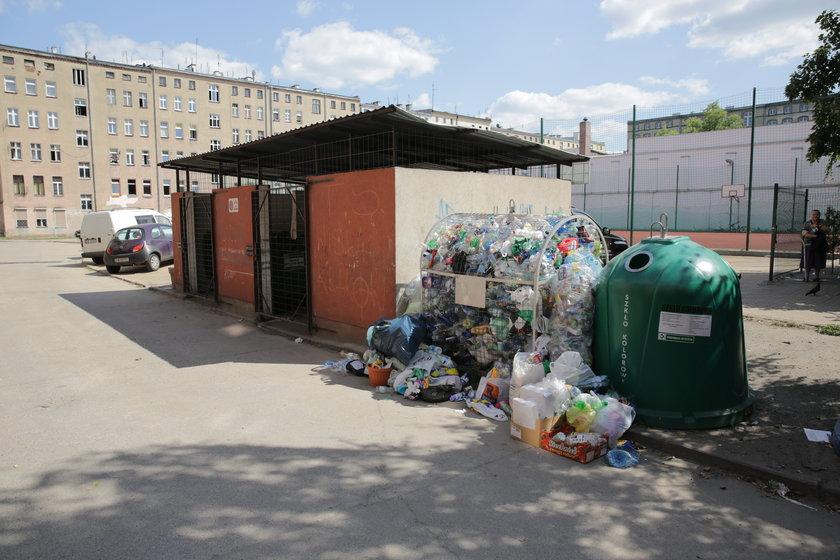 Śmieci przed osłoną śmietnikową