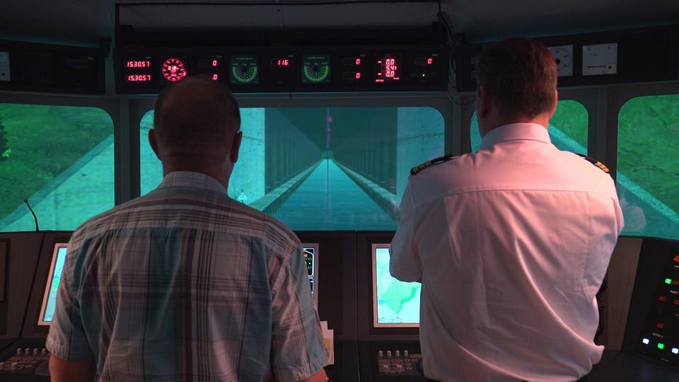 Wizualizacja przedstawiająca załogę statku przeływającą przez kanał
