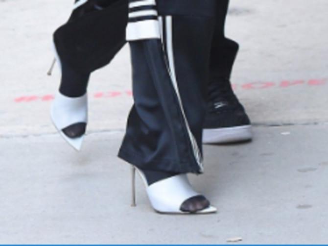Bože sačuvaj, ŠTA SI TO obukla? Sve Srpkinje ZGRAŽAVAJU se nad modnom kombinacijom poznate lepotice, a ČARAPE i PAPUČE na štiklu su samo početak!