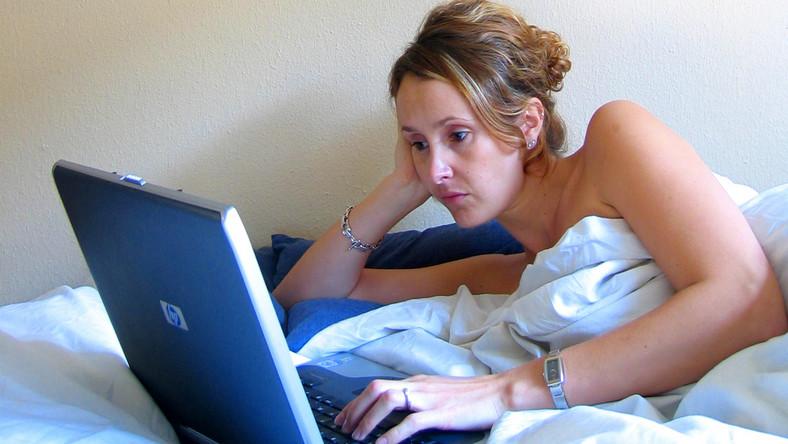Kobieta z laptopem w łóżku