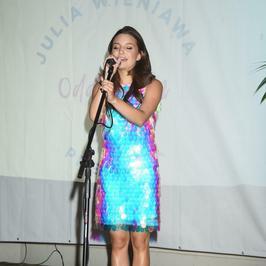 Julia Wieniawa w krótkiej sukience na premierze swojego teledysku. Jak wam się podoba?