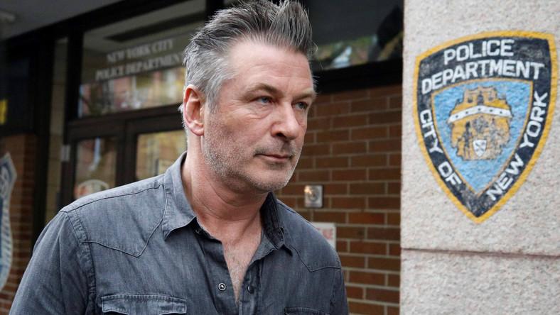 Alec Baldwin przed posterunkiem policji