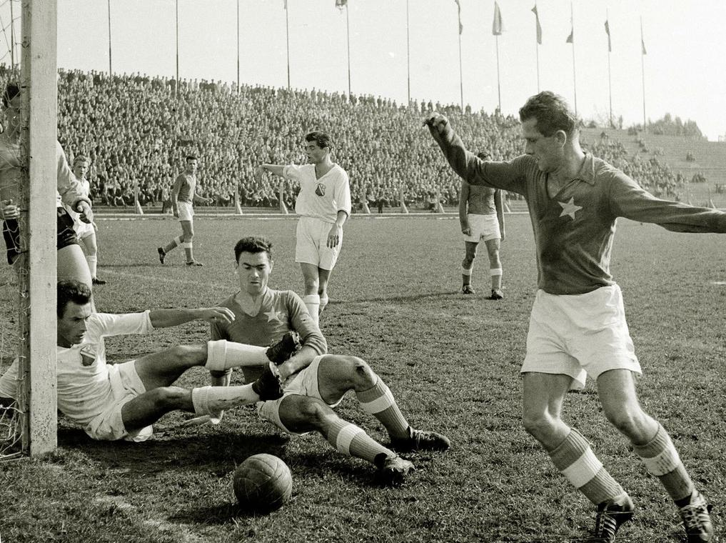 Mecz ligowy między Legią Warszawa a Wisłą Kraków, rok 1958. Leszek Snopkowski  walczy o piłkę m.in. z Lucjanem Brychczym