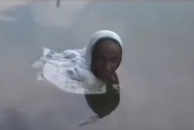 Indija žena jezero prtscn Youtube