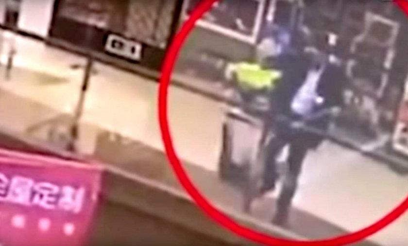 36-letni mężczyzna zrzucił z trzeciego piętra przypadkową dziewczynkę, a następnie sam wyskoczył.