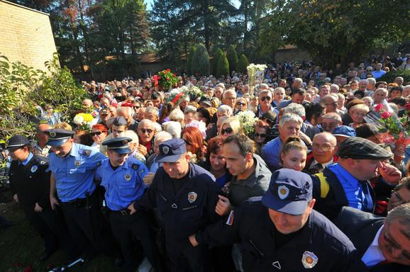 Policijski kordon pokušava da kontroliše ulaz u Kuću cveća