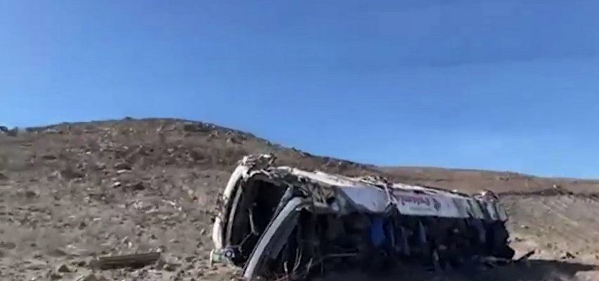 Autokar wiozący górników z pracy runął w przepaść. Zginęło co najmniej 27 osób
