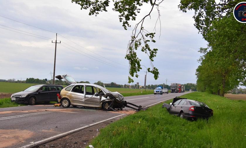 Masakra na drodze. Zderzyły się trzy auta, jedna z osób była zakleszczona w środku.